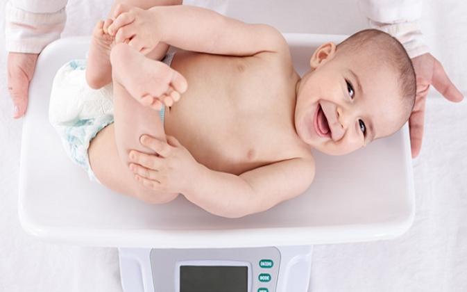 Misurazione peso neonati